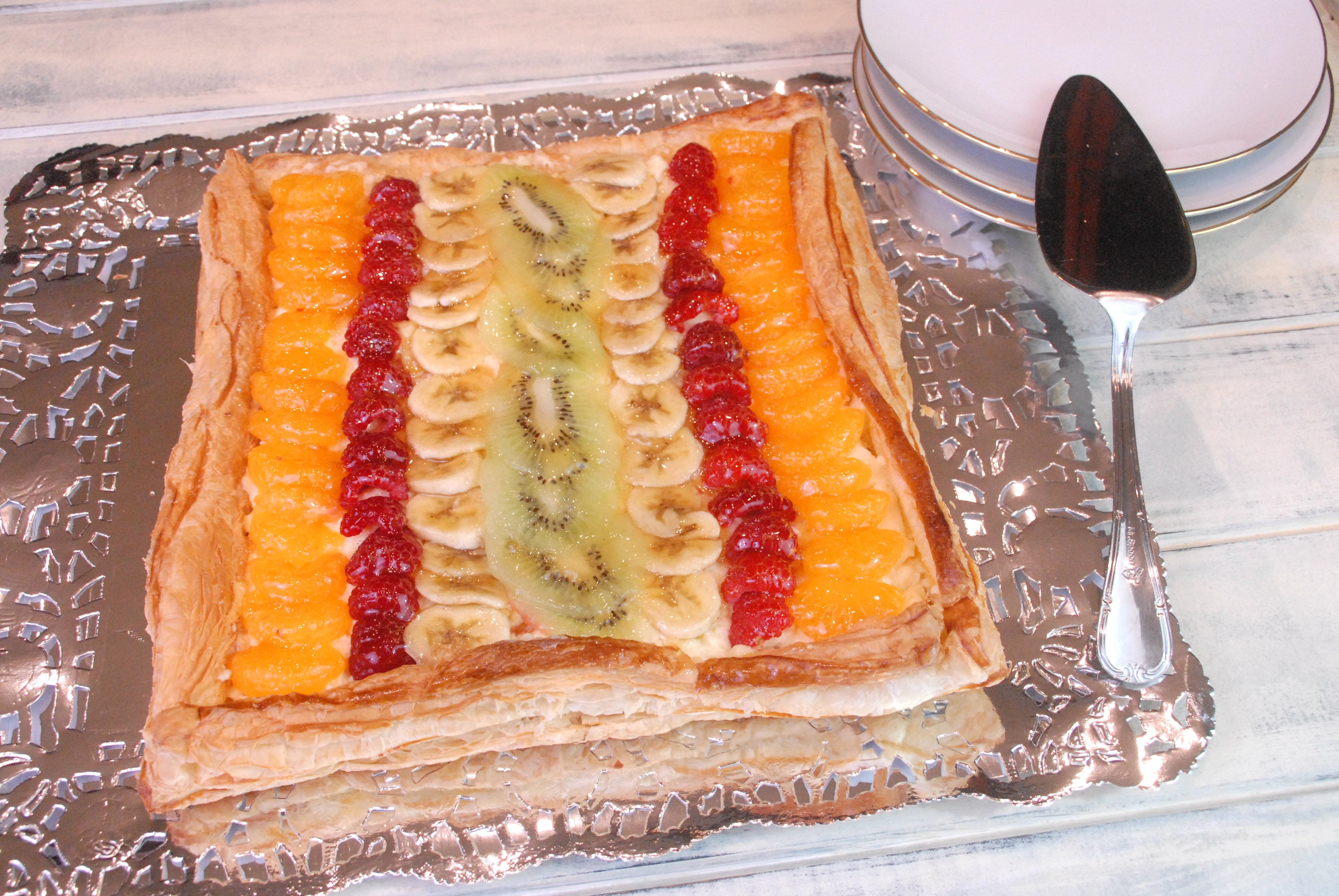 Tarta De Hojaldre Y Frutas Con Crema Pastelera Con Cuchara Y Cucharon